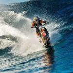 マジか!?水上をバイクで走る動画が話題に!